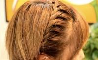 この写真は三つ編みですか?編み込みですか?この髪型がしたいのですが、私のクラブチームでは編み込みがだめなんです。(三つ編みはOK) わかる方いたら教えてください!
