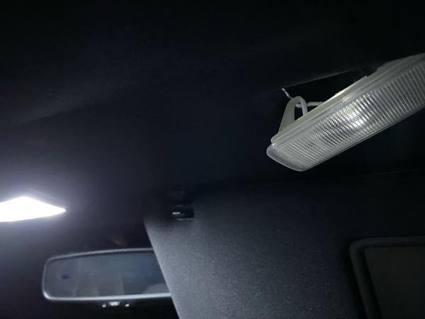 60ハリアーのバニティランプを電球からLEDに変え、最初は正常に光っていたのですが、何故かうっすらとしか光らなくなりました。(写真右側のライト) LEDを変えてみても直らないのでおそらく車両側の問題かなと思うのですが、どこが壊れたのでしょうか? 鏡を開けっぱなしにしていると突然正常に光ることもあります。