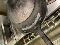 こんな感じに汚れたフライパンって綺麗にする方法ありますか?  材質はアルミなので焼くのは無理です。