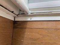 築18年の戸建てを購入し、掃除しているときに気づいたのですが、 窓際と、お風呂と脱衣所の境が明らかに腐食?防水効果も失われていそうです。  このまま放置するのは怖いので、 是非、DIYで防水できる方法を...