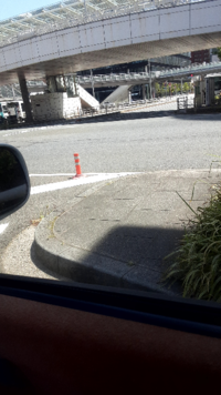 Uターンしたいとします。 前が赤信号です。向かいの車の信号も、もちろん赤信号です。  画像の道を赤信号で右にUターンして行くのって違反なのでしょうか? もちろん左にUターンも同様に。  たまにUターンして行くドライバーがいるのでどっちなのかな?と迷ってます。
