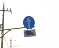 交通ルールについて教えてください。 この標識は普通自動車(乗用車)は右折しても違反ではないですか?