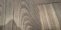 新築一戸建てです。床を無垢材にしました。多少の収縮は知っていましたが、板と板との間から釘が光って見えます。下地の汚い板も見えます。 業者に話すと、「まだ1.5mmなので普通です。2mm以上隙間が出来るようなら連絡ください」と言われました。 無垢材の床の隙間は、どのくらいまであくのでしょうか。 ちなみに、全部の隙間があいているわけではなく、詰まっている箇所もあり、1mmほどで気にならない隙間も...