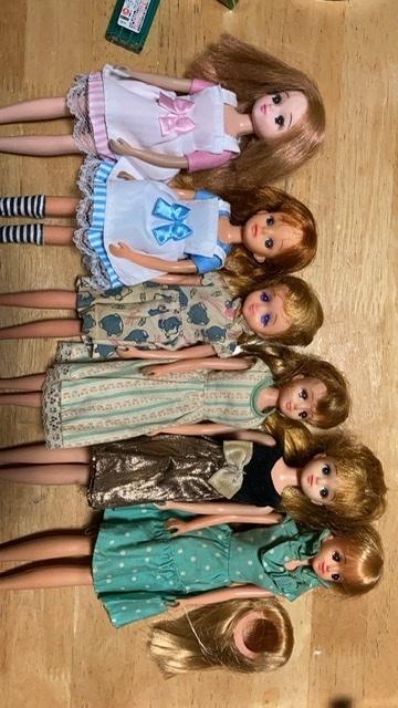人形を整理していたのですが右側のジェニーと右二体のリカちゃん以外の真ん中3体の人形達が何かわかりません。 左から3番目のタレ目の子は3代目?リカちゃんと同じ少し小さめで、その隣はリカちゃんくらい...