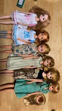 人形を整理していたのですが右側のジェニーと右二体のリカちゃん以外の真ん中3体の人形達が何かわかりません。 左から3番目のタレ目の子は3代目?リカちゃんと同じ少し小さめで、その隣はリカちゃんくらいです。 ジェニーちゃんの隣のリカちゃんっぽい顔立ちの子はリカちゃんより大きくジェニーちゃんより少し身長が低いです。  同じ会社の商品みたいですが調べても名前が分からなかったので分かる方がいました...