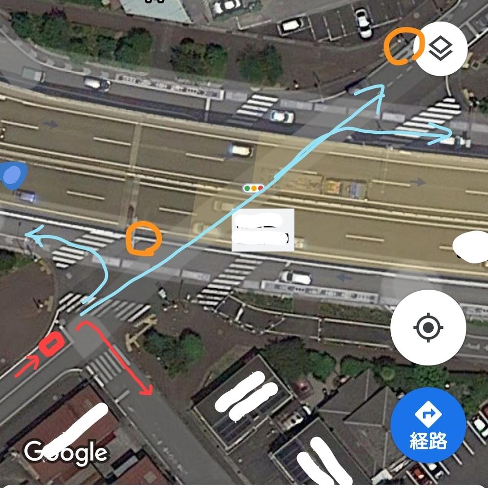 交差点での交通ルールについて。 よく通る道に少し複雑な交差点があるのですが、そこでの車の交通ルールについていつも戸惑うので教えてください。 車が画像の赤い四角の位置にいるとして、バイパス(薄い黄色になっているところ)が被っていてわかりにくいのですが、オレンジ丸の位置に信号機があり、青と赤の線で示した4パターン進める交差点です。 この赤い線の動きで手前の交差点で右折する場合に、赤信号でも行っ...