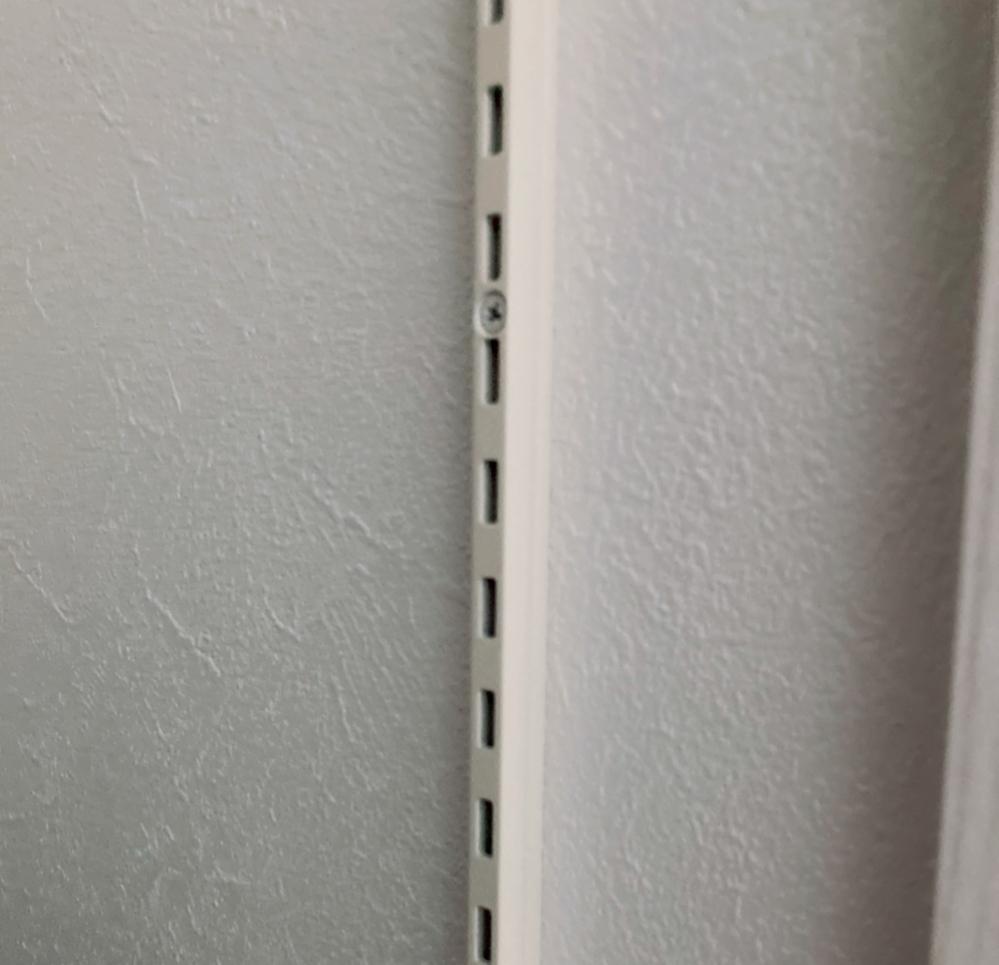 新居で可動棚のレールだけつけてもらってるところがあるのですが、他のところと使っているレールが違って、棚受けが共通ではないようです。 どんな棚受けが合うのか写真だけでもわかるようでしたらご教示ください。