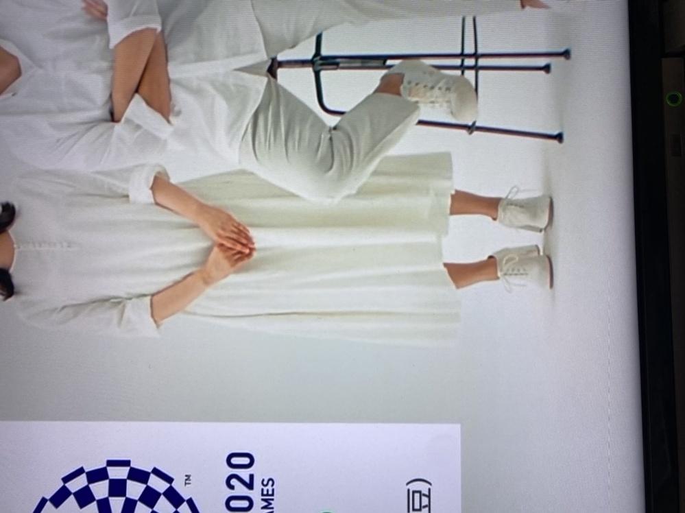 味の素 本だし のCMにでている杉咲花さんが最後の全身が映るところで履いている靴が可愛くてどうしても欲しいです。 同じものでなくても、こんなかんじの可愛いおすすめのものがあれば教えてください。 ...