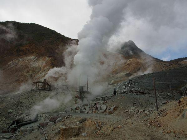 よく活火山に登るとみる、火口以外の場所の穴から白い煙がでているのですが、あれが出てる穴というのは近づいたら死ぬのですか? また仮にあれに近づけたとしても、あの勢いで煙が出てるということは近づいた瞬間吹っ飛ばされてしまいますか?またあの穴に落ちたらマグマまで行ってしまいますか?