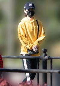 真ん中の黄色い服を着たお兄さんの名前教えてください!!!!