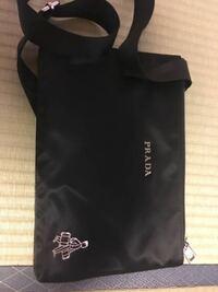 プラダのバッグを貰ったのですが、歩く人?が着いているバッグなんて初めて見ました! これは本物なのでしょうか? また何円なのでしょうか?