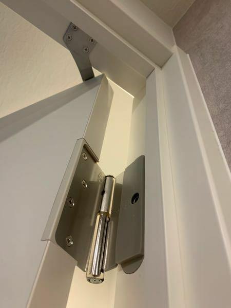 本日洗濯機を購入しました。廊下と防水パンの幅の確認はしたのですが洗面所入り口を測り忘れており、数センチ足りないことに気づきました。ドアを外せれば通過できるのですがこのタイプのドアの取り外しは可能でしょ うか。ネットで上に持ち上げて外せるとの情報があったのですが、上のストッパーが邪魔して持ち上げられません。