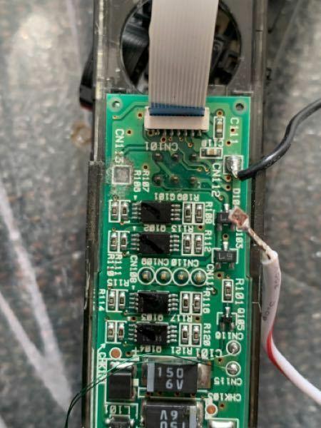 大至急教えてください 小さいラジコンの古い充電池がダメになり、同等品に交換してハンダ付した際に、基板に付いていた銅板?みたいなものが外れてどうして付けていいのかわからないです。 またそこに端子を指で押さえても通電していないのですが、どのような解決策があるか教えていただきたいです。