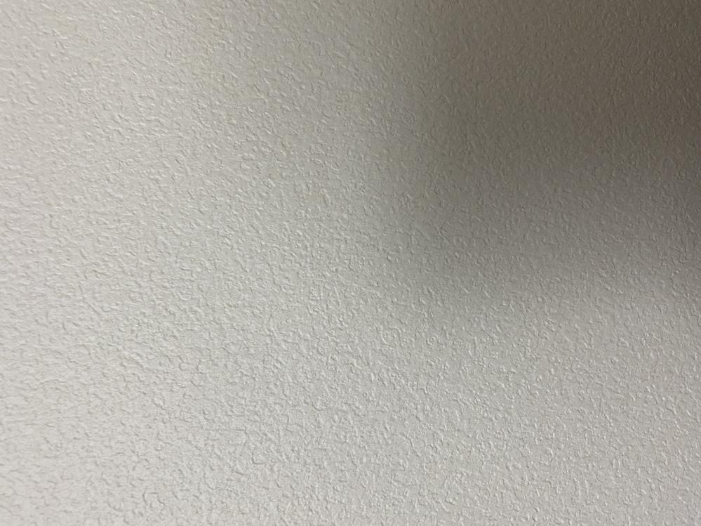 大きい画面で映画を観ようと思いプロジェクターの購入を考えています。 ただ、部屋の壁がこのように細かい凹凸があるのですが、このままでも映すことできますか?