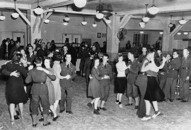 陽キャとかがよく行ってるのEDMやヒップホップが流れてウェーイって感じのノリのクラブではなくて、戦争映画でよくある、 兵士がジャズやラテン音楽で社交ダンス的なのを踊るような感じのクラブって今の日本にありますか? イメージ的には画像みたいな感じのものです。 お金持ちじゃなくても、招待されなくてもいける感じのでお願いします。