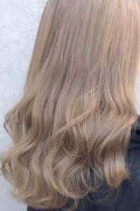 この髪色はブリーチ必須ですか? セルフでやるのですが、ブリーチした事がないので幾つか質問があります。 1 この髪色はブリーチ必須か 2 ブリーチのみでこの色になるのか 3 ブリーチ+カラー剤を使う場合、その日のうちにカラー入れるのと後日いれるのとどちらが良いか