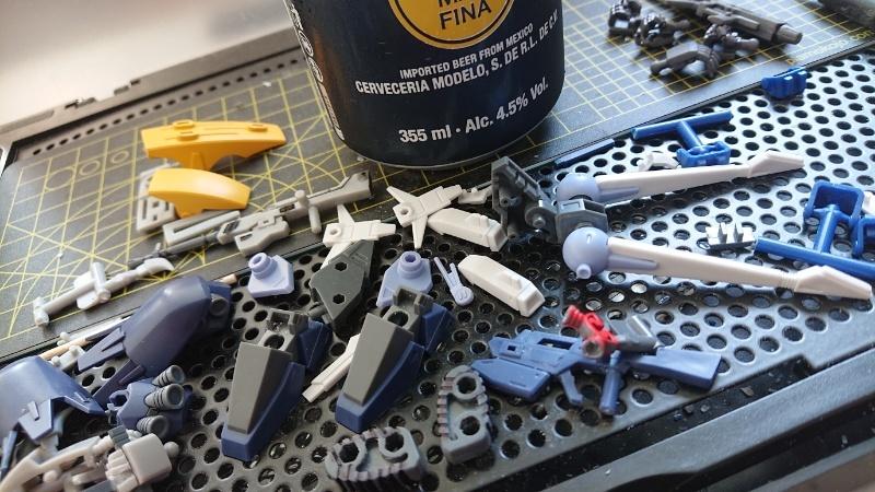 連休中に造ってるプラモはなんですか? 他にも同じ質問ありそうだが気まぐれでしてみました… ちなみに自分はスーパーミニプラのレイズナー。ゲート処理とか細かい部分の塗装とかしてるので一向に進まない…