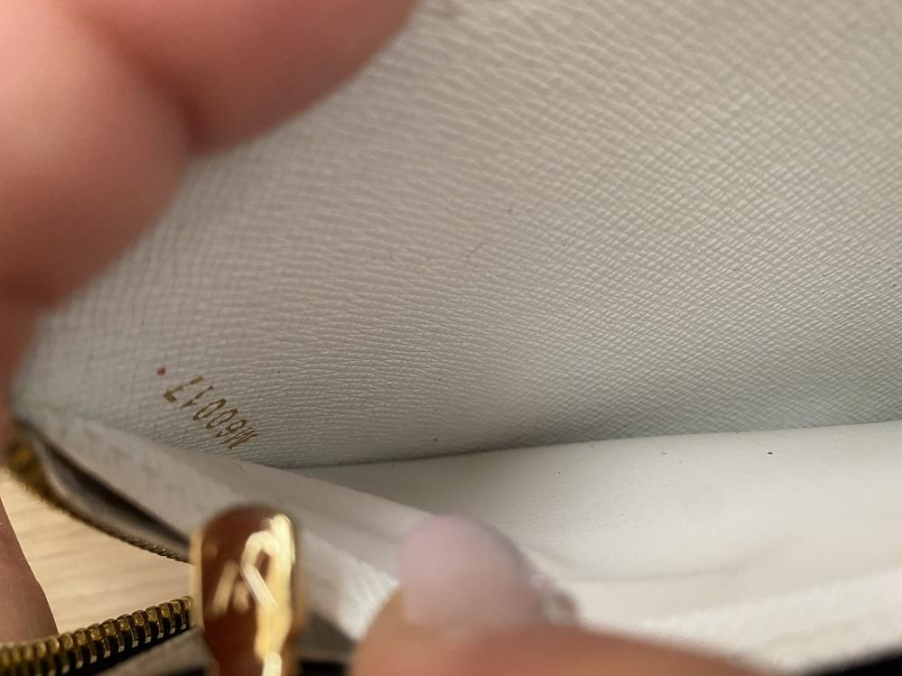 """ルイヴィトンの財布で内側に""""M60017""""と記載されているのですが、こちらは本物なのでしょうか? 調べてみたらまったく違うルイヴィトンの財布の画像が出てきたのですが... わかる方お願い致します。"""