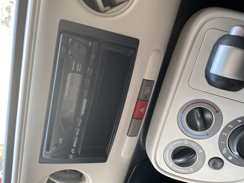 2010年式のナビなしダイハツミラココアを購入しました。AUXで音楽を聞こうとしたところAUX端子が見当たりません。どの辺にあるでしょうか? ダイハツの同じ年式のナビ付きムーブコンテは見える位置にあったのですが、、、