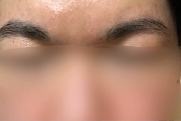18歳男です。眉毛がくっつきそうだったのでネットで調べて整えたら、家族から「なんか変」と言われました。 目頭と同じ位置に調整したのですが、おかしいですか?アドバイスを頂きたいです。 (毛と毛の間に隙間が見 えると思いますが、眉毛はもとから薄いです)