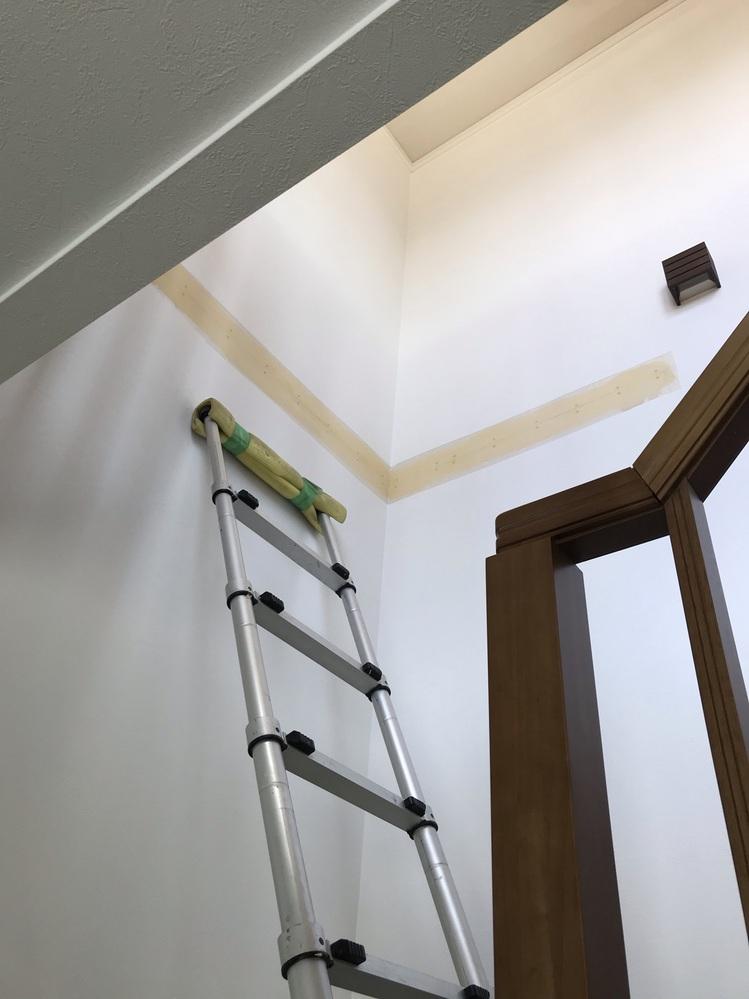 壁紙のヒビ割れについて質問です。 セキスイハイム軽量鉄骨・築3年 1階と2階の吹き抜けの壁紙にヒビ割れを見つけました。今回は保証すると言われ直してくれたのですが、築3年で壁紙にヒビ割れが起こるのでしょうか? 家族や知人宅は木造建築なのですが、壁紙にヒビ割れができた事が無く欠陥ではないかと言われました。 どなたか詳しい方教えて下さい。