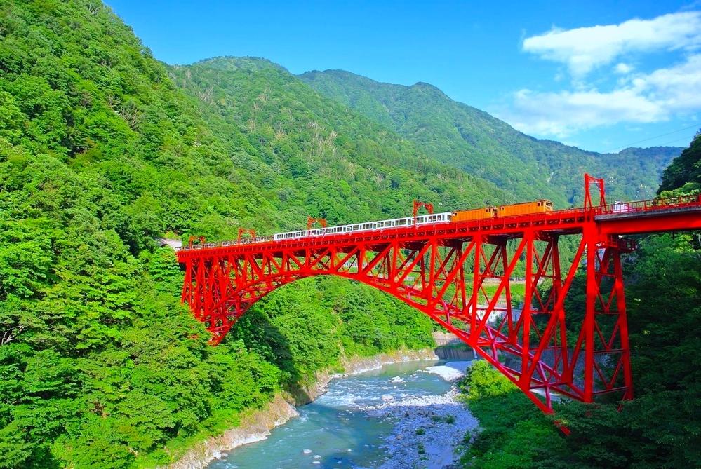 富山県黒部市の「黒部峡谷鉄道」の「トロッコ電車」について。 何両編成ですか? 乗車定員は、何名までですか? 分かる方は、お願いします。