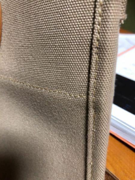 バイアステープで包むとき、表からみても裏から見てもこのようにミシン目が端から同じ寸法で縫うにはどういうバイアスの付け方でつけて、縫い方はどうすれば良いでしょうか?
