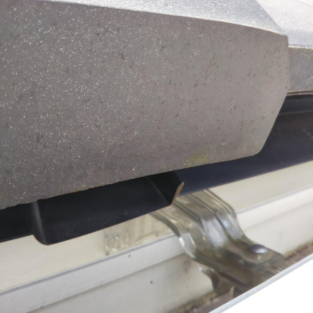 【屋根の質問です】 瓦屋根の端っこに 添付写真の 水路の様な金物が付いているのですが これは何ですか?