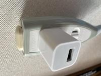 充電器のアダプターのみをコンセントに挿しっぱなしにしたら電力の無駄ですか?  画像の状態で生活しています  使う時だけUSBをさします