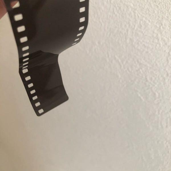 フィルムカメラにフィルムを入れようとしたら上手に出来なく、何度もやり直してしまいました。フィルムが折れかけているのに力を入れて回したせいで先端がベローンと曲がったような状態になってしまいました。このよ うな状態でも綺麗に入れればしっかり使用できるでしょうか?フィルムを買い直した方が良いですか?