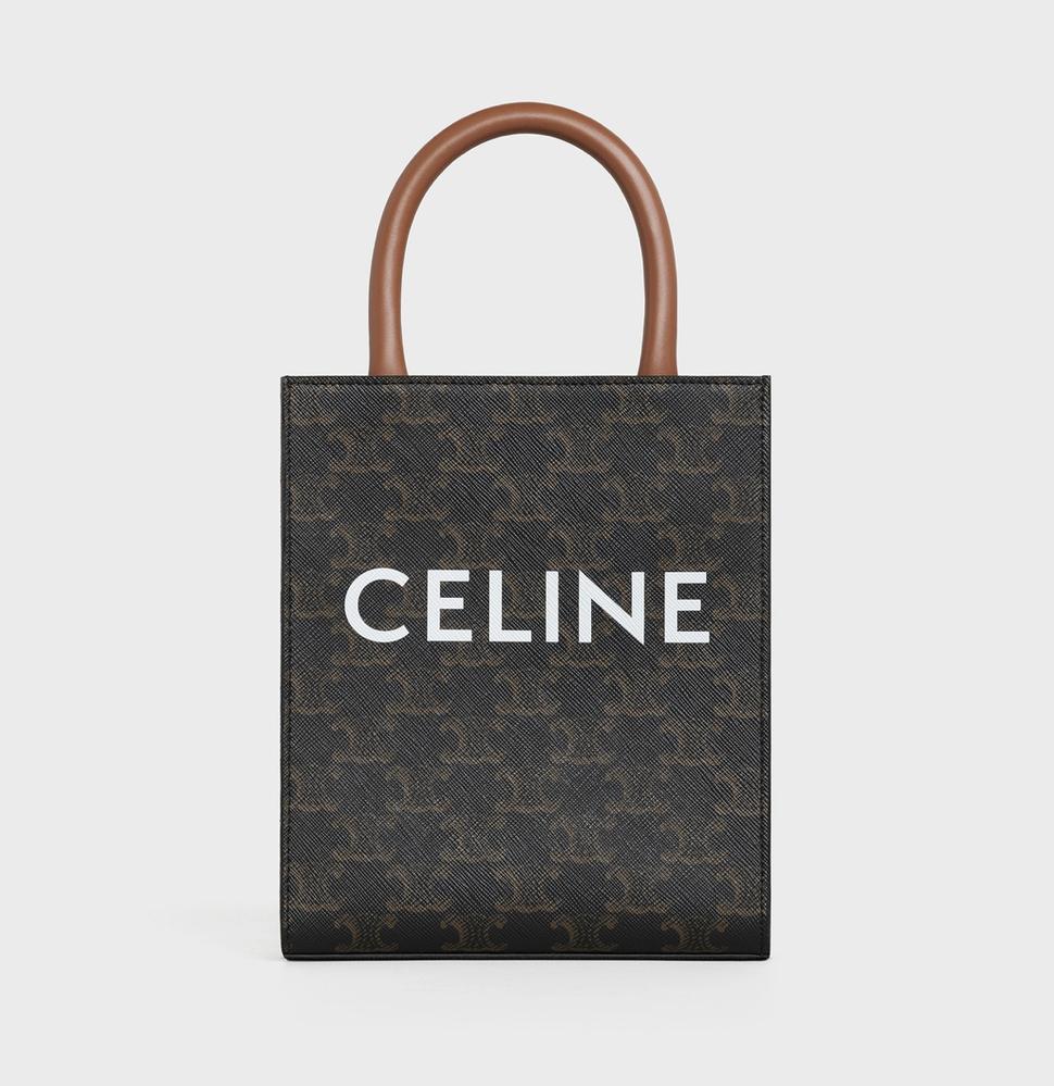 20代男性です。 普段ケータイとお財布くらいしか荷物がなく、小さめの鞄を検討しています。 そこでセリーヌのバーティカルカバのミニサイズを見かけたのですが、男性がこちらを使っていたら違和感はありますか???