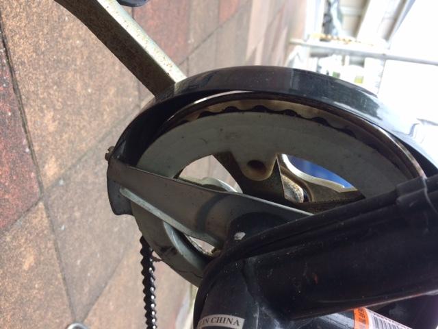 自転車(ママチャリ)のチェーンホイール?交換 6段変速のママチャリですが、最近、ペダル側にあるホイールで チェーンが外れる回数が増えてきました。 自転車や曰く、多分チェーンホイールが曲がっているのが原因で はないか、との事です。 後輪側にあるフリーホイールも少し曲がっているようです。 工賃を勘案すると、新車を買ったほうがといわれましたが、 可能なら自分で部品を買って修理したいです。 前後ホイールのチェーンの外れぐらいなら自分で簡単に直せるレベル ですが、修理の仕方を教えていただけないでしょうか?しい方教えてください。