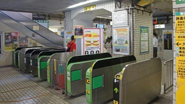 中央・総武線各駅停車の飯田橋駅の東口改札に画像の上部のように「総武線」と案内があります(見づらくて申し訳ありません)が、飯田橋駅は中央線の駅であって総武線の区間には含まれないはずです。これは駅員さんが間 違えたのでしょうか?それとも中央快速線と間違えないようにわざとやっているのでしょうか?詳しい方がいらっしゃいましたら教えていただけると幸いです。