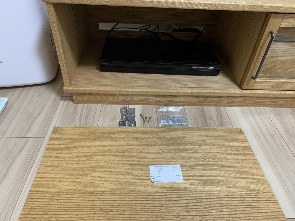 モモナチュラルのTVボードを2年前に購入しました。 その際棚板は付けていなく、最近取り付けしようと思いましたがやり方が分かりません。 取扱説明書もあったかもしれませんが無くなり、金具が6つ、ネジ...