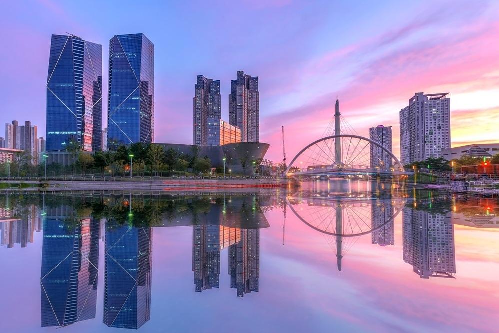 なぜ横浜市と韓国・仁川市は似ていますか? 画像は横浜みなとみらいにそっくりですが、ここは韓国の仁川市です。実は仁川は横浜にそっくりなんです。 ①地理が似てます 横浜は東京から30km離れた首都圏第二都市です。仁川もソウルから30km離れた第二都市で、ともに港町です。そしてベッドタウンとして実質的には一体的な都市圏とみなされています。 ②中華街があります 横浜は世界最大級の中華街です。そして...