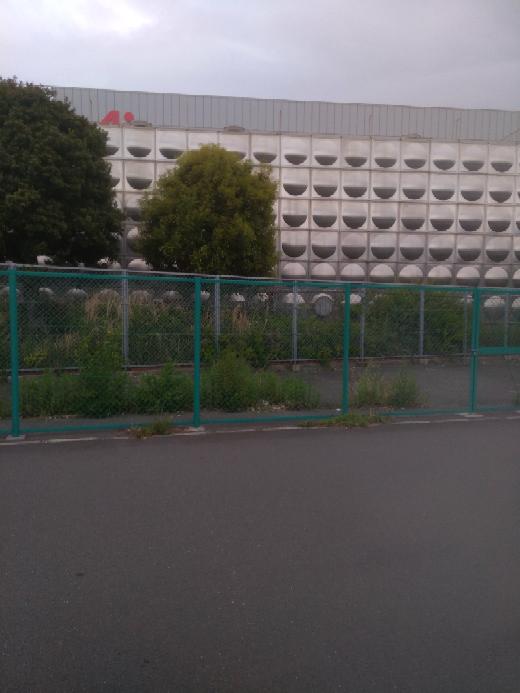 近くの味の素工場です。 画像の丸いポッチみたいなのはなんでしょうか?