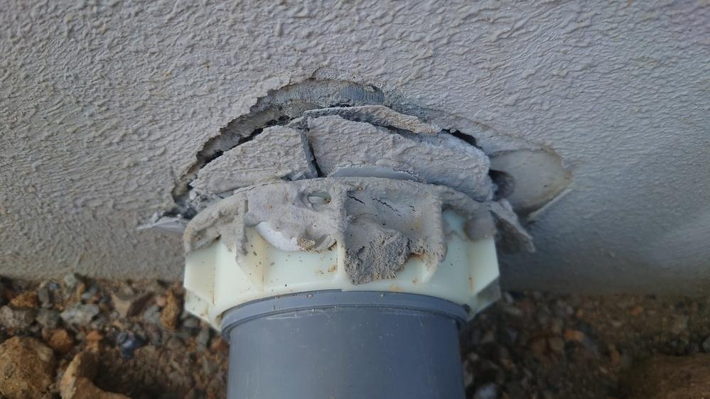 新築2ヶ月ですが、配管外側のコーキングが剥がれています。メーカーに確認中ですが、何が原因でどのような対応を依頼すればいいでしょうか?