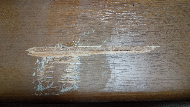 木の棚の表面が少し剥がれてトゲが出たり、凸凹になったりしたのですが、どうして直したらいいですか?