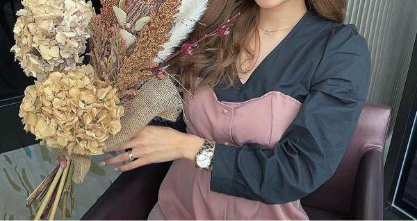 この画像の女性がつけてる時計はどこのブランドのものかわかる人いますか?インスタでフォローしてる人です。