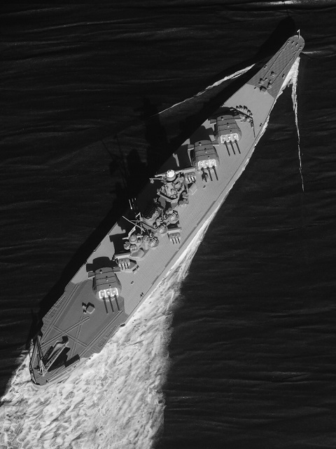 (1/700)戦艦大和初期の姿で海面まで製作してみました。 波のでかたについて充分な検証が出来ていないので、 おかしいところが多いと思います。 見識のあるかたのご意見を頂けたらありがたいです。 一応場面設定は、 「不測の事態で会敵、全速面舵一杯、目標4時30分」 (戦法的に無理があるのでしょうが、欲しい絵のイメージで決めました、 カラー写真ではボロが目立つので白黒写真です、あしからず)