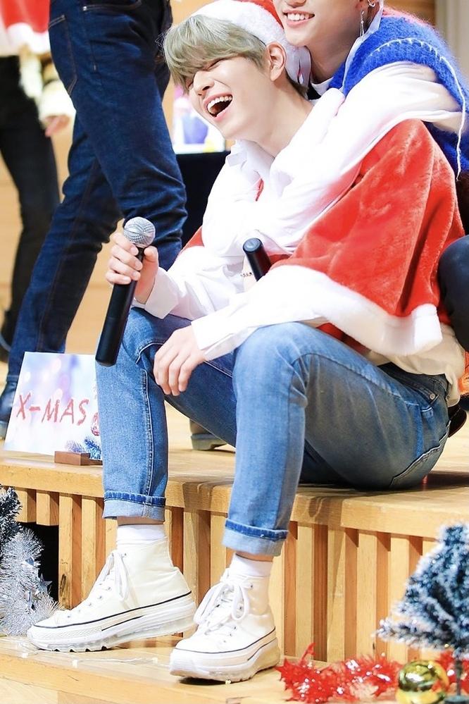この写真の人が履いているスニーカーのブランドが知りたいのですがなかなか見つかりません。 ご存知の方がいたら教えて欲しいです。 ちなみに写真の人は韓国のアイドルなのでスニーカーも韓国や海外のブランドだと思います。