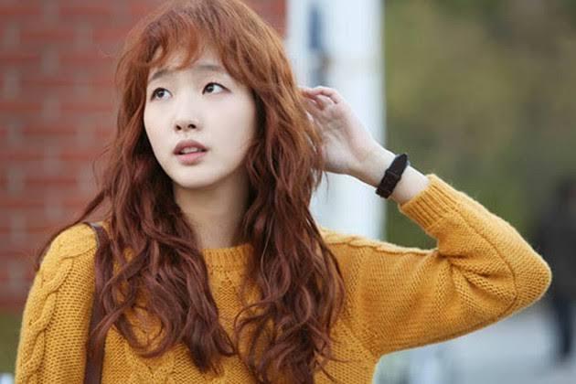 この女優さんと同じような髪型(パーマ)、髪色にしたいと考えているのですが、パーマの種類?名称? と色の名前に詳しい方がいらっしたら、教えてください! オーダーの仕方に悩んでます。 それから、この髪色は結構明るいですか?
