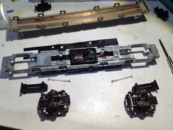 鉄道模型のメンテナンスについて質問です 動力車を綺麗にメンテするときは、このように解体してメンテしてるのですが、ここまでする必要ありますかね?