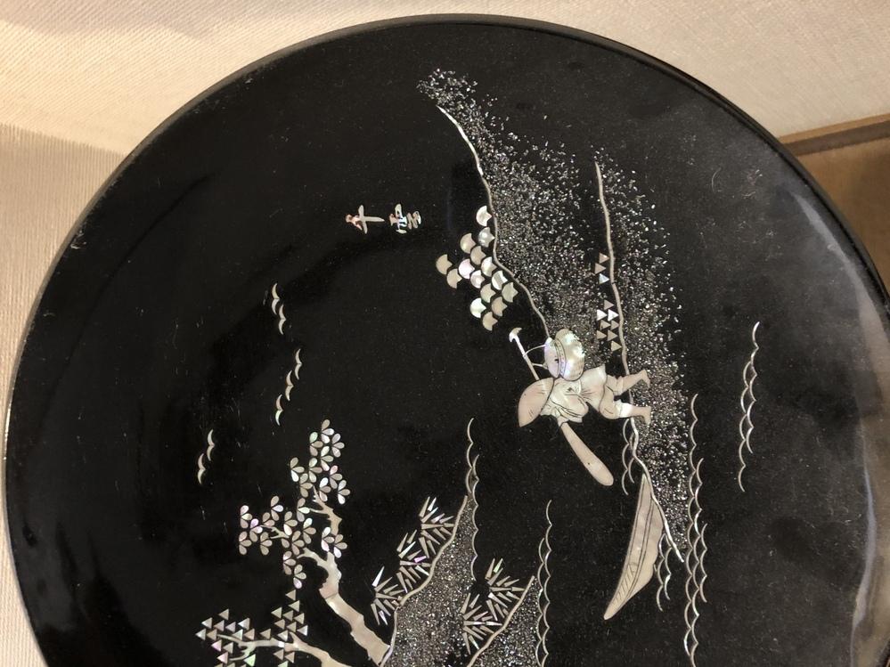 質問します。 この飾り皿の名前?銘柄?何か教えて頂きたいです。 よろしくお願い申し上げます。