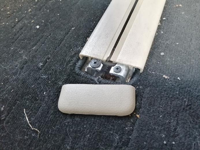 エルグランドe5のセカンドシートのレールのキャップ?が取れてしまい格好悪いです。 ①ディーラーで修理した場合の費用 ②自分で部品を取り寄せて直す方法、部品価格、部品の名前 を教えてください
