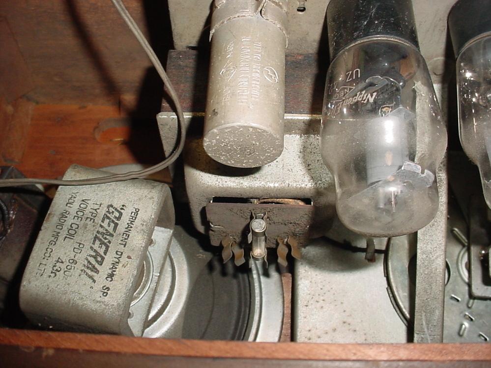 球のラヂヲのヒューズが切れていました。 危険を承知で電源を入れようとしています。 こういうラヂヲのヒューズて何Aくらいですか。 2Aくらいですか。表示は見えませんHzではなくKc表記なのでどこを見ても銘板もございません。 日本製だと思われ。 危ないからやめろというのは承知の上です。