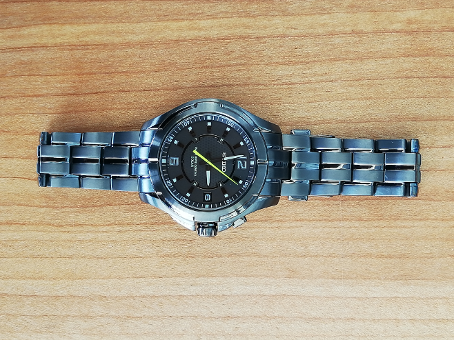 こちらの腕時計(オールブラックチタンで、黄緑の秒針が特徴です)の商品番号教えて下さい? それとこちらは、スピリットですか? ブライツですか?