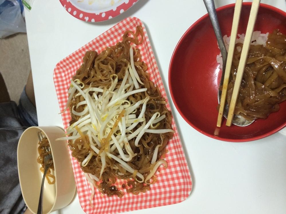 昔タイ人の友達にこの料理を振舞ってもらったんですが、このタイ料理はなんという名前か分かる方いらっしゃいますか? 味付けは、甘辛い独特な感じで、べたべたモチモチした感じの食感でした。