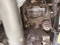 マツダ ロードスター NB8C 添付写真中央のパワステポンプ接続のカプラーの外し方を御教示下さい。 カプラーの電線側を押さえて引っ張って抜くのでしょうか?それとも接続口の方を指で押さえて引っ張るのでしょうか?