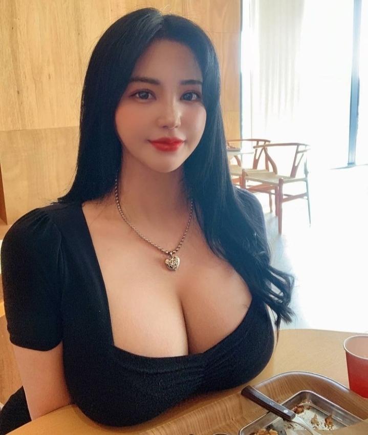 女性から見た印象をお聞かせください。 自宅ならいざ知らず人目につく場所でこういう胸元が露出した服を着ている人をどう思いますか?
